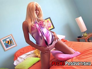 Flaxen-haired with tanned body Sindy Fox tries to rebutter pussy which is roisterous