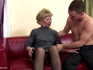 Puristic mature mom ass fucked and pissed aloft