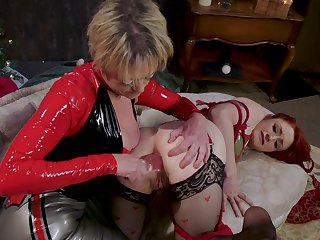 Rough anal stretching by mature Dee Williams for Violet Monroe